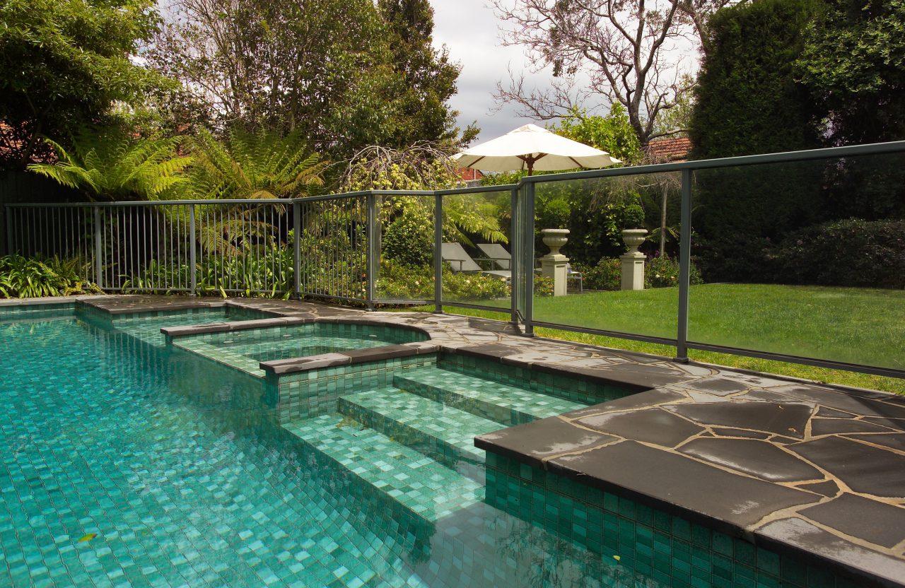 cloture piscine barreaux et verre trempe ombre et confort. Black Bedroom Furniture Sets. Home Design Ideas